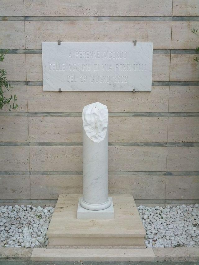 800px-Viareggio,_cimitero,_2012,_07_strage_di_viareggiop