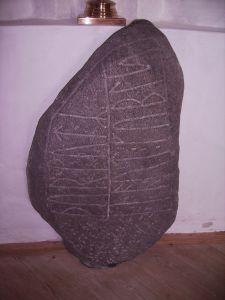 Noerre_Naeraa, pietra tombale con vincolo
