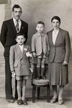 Enio Mancini (sulla sedia), la madre, il padre e il fratello